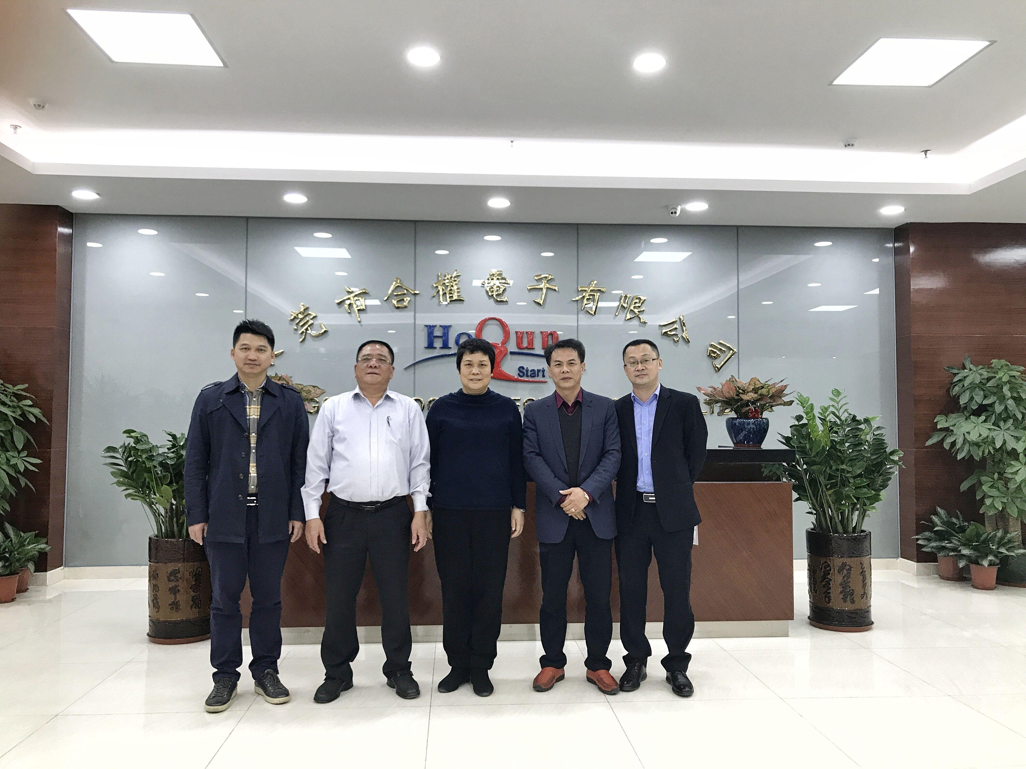 2018年1月,塘厦镇长黎雪琴(中)、镇委委员李智波(左一)到新太阳科技产业园合权电子厂考察调研.jpg